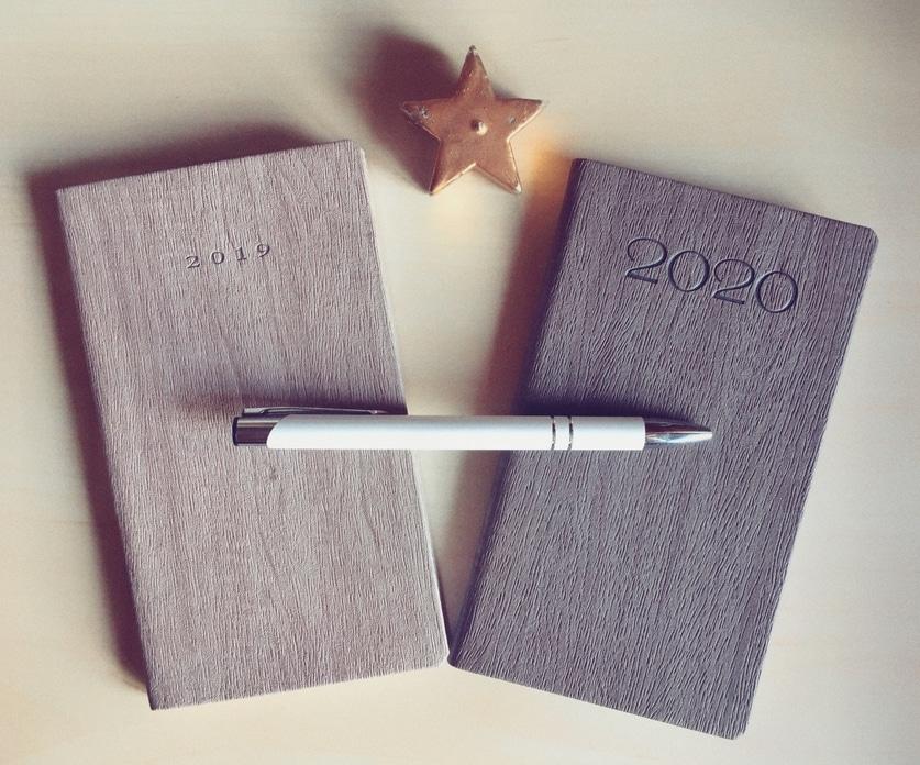 Bien préparer sa nouvelle année est l'occasion de faire le point et de repartir d'un bon pied. Je vous partage ici mes astuces et habitudes gagnantes.